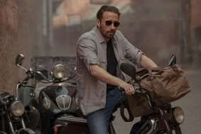 THE OLD GUARD (L to R) MATTHIAS SCHOENAERTS as BOOKER in THE OLD GUARD. Cr. AIMEE SPINKS/NETFLIX © 2020